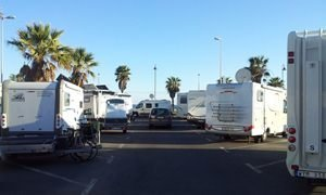 IU pregunta por la zona adaptada para autocaravanas en Roquetas de Mar