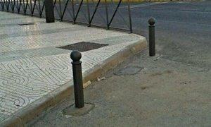 El Ayuntamiento de Viator instala pivotes en la calle Chuche para evitar el mal aparcamiento