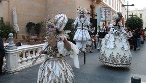 El Pasacalles de las XXX Jornadas de Teatro del Siglo de Oro llenan las calles de versos y arte