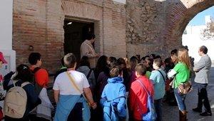 Alumnos del Ceip San Fernando visitan el Molino del Lugar para inspirarse en el XIII Certamen de Cuentos 'Ciudad de Adra'