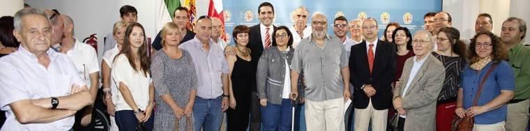 El alcalde impone el Escudo de Oro de la Ciudad a Julián Indalecio Morales por su trayectoria en el Club Natación Jairán