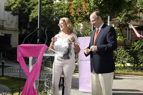 El alcalde subraya la importancia de la prevención en la detección del cáncer de mama y elogia el trabajo de la asociación AMAMA