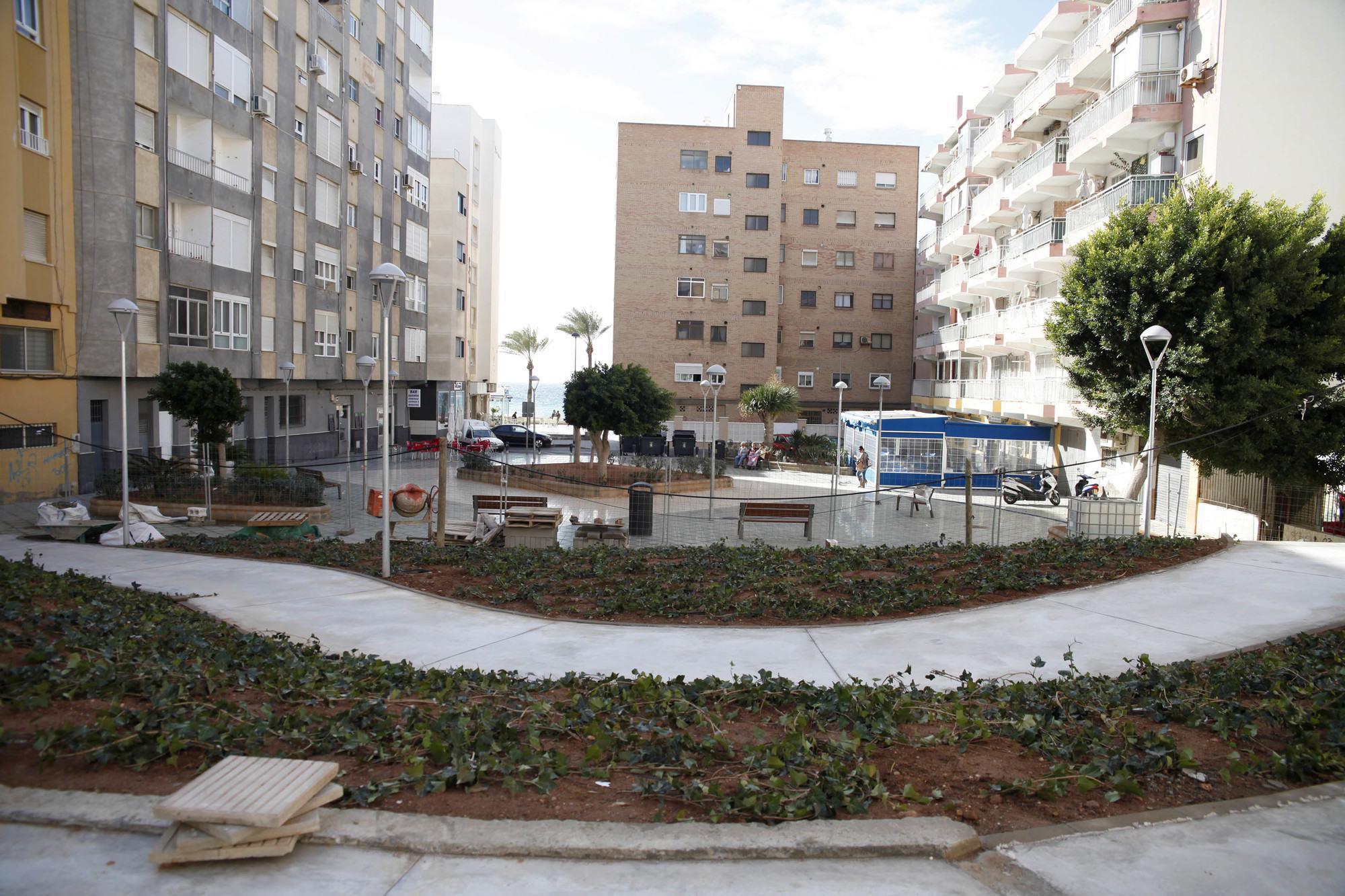 Abierto un nuevo paso al mar ampliando la plaza for Pisos estudiantes almeria