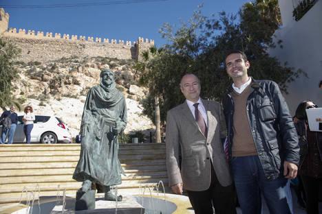 Una escultura a los pies de la Alcazaba recuerda al Rey Jairán y el Milenio