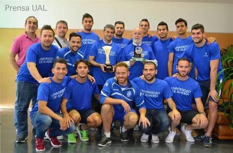 El equipo de fútbol de la UAL entrega al Rectorado sus últimos trofeos