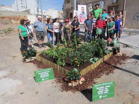 IU Roquetas instala un huerto para mostrar su idea de reconversión de solares abandonados, previo acuerdo con sus dueños