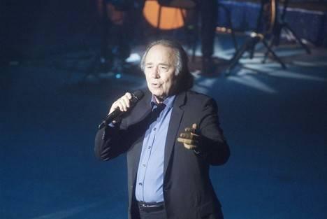 Serrat llenó el Teatro Auditorio de Roquetas con sus 50 años sobre los escenarios