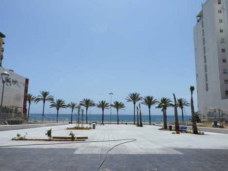 El Ayuntamiento abre un nuevo paso al mar ampliando el espacio público de la Plaza Elena Pezzi