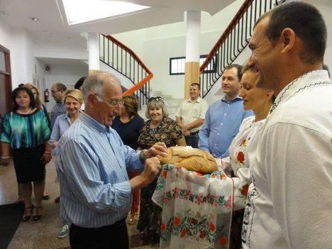 Gabriel Amat traslada su compromiso por el empleo a la comunidad rumana de Roquetas de Mar