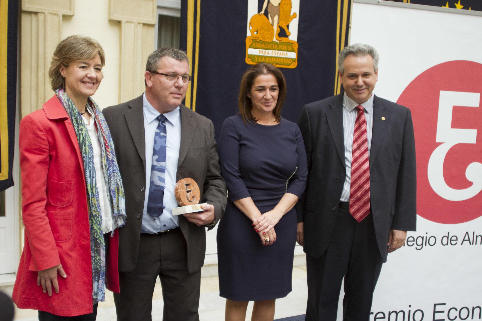 La ministra de Agricultura entrega a Vicasol el Premio Economía 2014, otorgado por el Colegio de Economistas de Almería