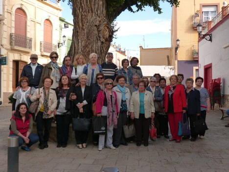Profesionales en activo y antiguos trabajadores del Complejo Hospitalario Torrecárdenas participan en una visita cultural a Terque