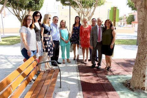 Gabriel Amat inaugura la Plaza Pepe Guerrero, en el Puerto de Roquetas de Mar.