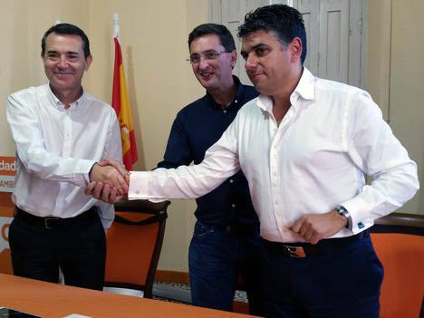 Ciudadanos lleva a su sede al PSOE para escenificar la firma de los pactos de investidura en Almería y Cuevas