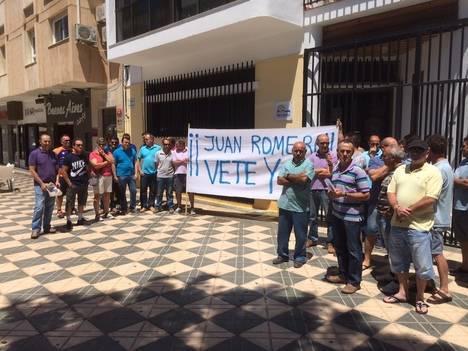 Comuneros de 'Sol y Arena' protestan en las puertas de la Comunidad de Regantes