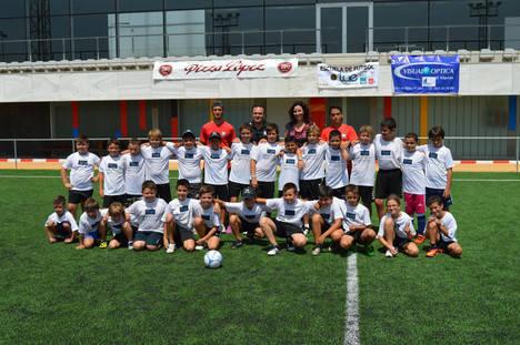 Treinta pequeños futbolistas se divierten en el Campus de Verano de la Escuela TAE