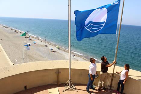 El Ejido luce desde hoy sus cinco Banderas Azules y las cuatro 'Q de Calidad Turística' en sus playas de Almerimar, Balerma y Guardias Viejas