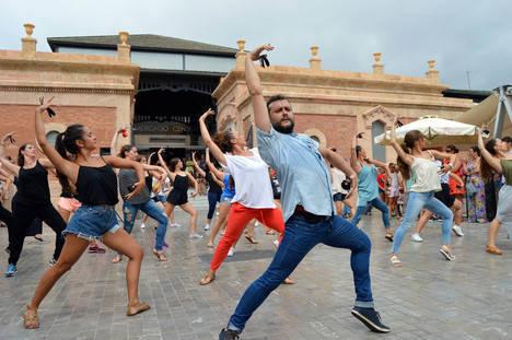 Flashmob de castañuela andaluza ante el Mercado Central