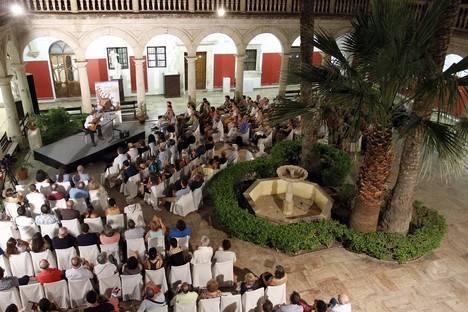 Roland Dyens muestra su sensibilidad en un magistral concierto en la Escuela de Artes