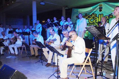 El grupo almeriense Almenara deleita con su música en el Anfiteatro de Roquetas