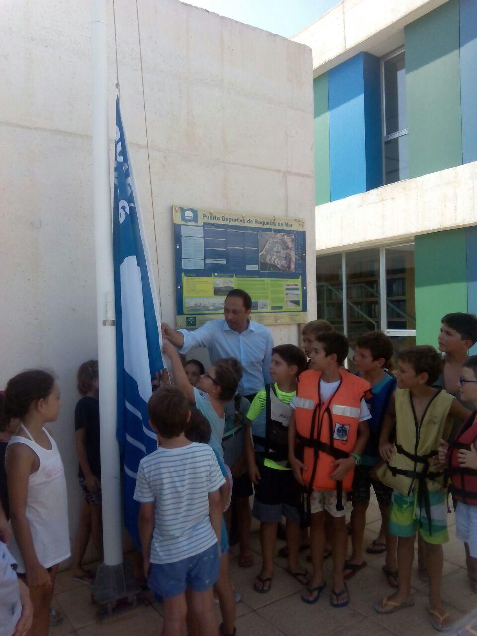 El puerto de Roquetas de Mar luce la bandera azul 2015 en reconocimiento a su calidad ambiental