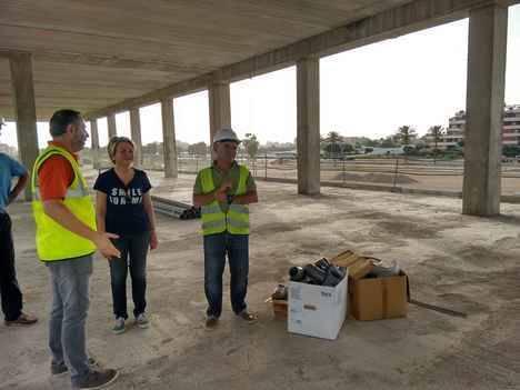 La teniente alcalde visita las obras del centro deportivo de Las Marinas