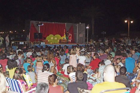 La compañía Dubbi Kids reúne a cientos de personas en Aguadulce con la obra 'Salvar al Ratoncito Pérez'