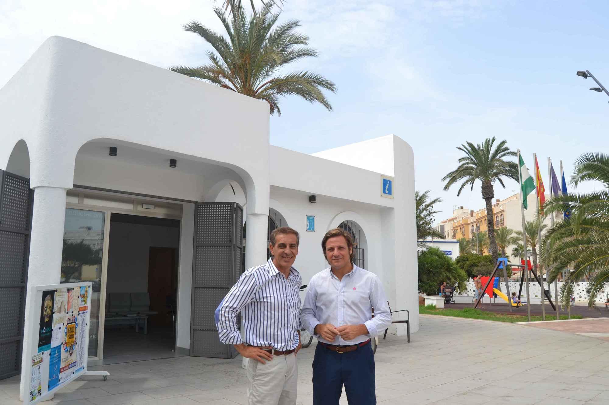 Las tres oficinas de turismo de roquetas atienden 150 for Oficina turismo carmona
