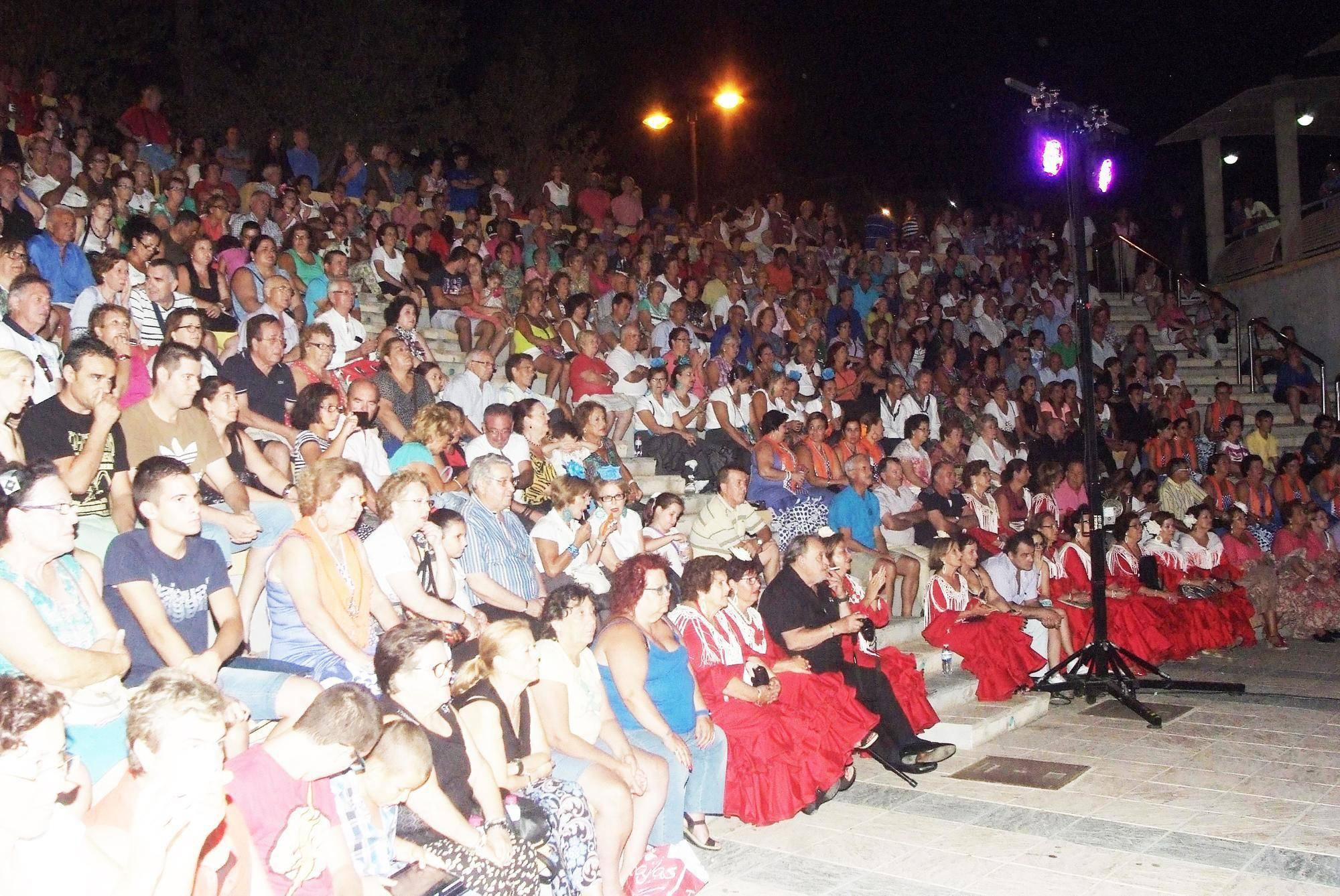 Más de 1.000 personas asisten al Encuentro de Coros Rocieros en el Anfiteatro de Roquetas