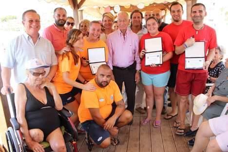 Los usuarios de las playas accesibles de Roquetas de Mar disfrutan de un día de convivencia para despedir el verano