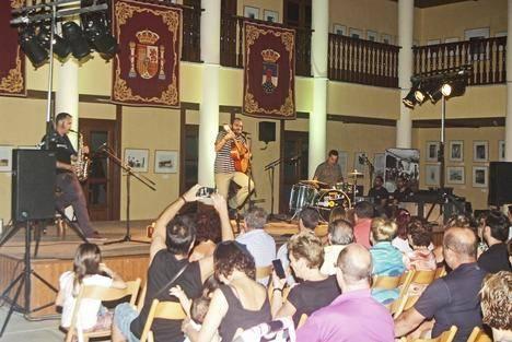 Buen concierto del cantautor Juan Eluva en el Castillo de Santa Ana