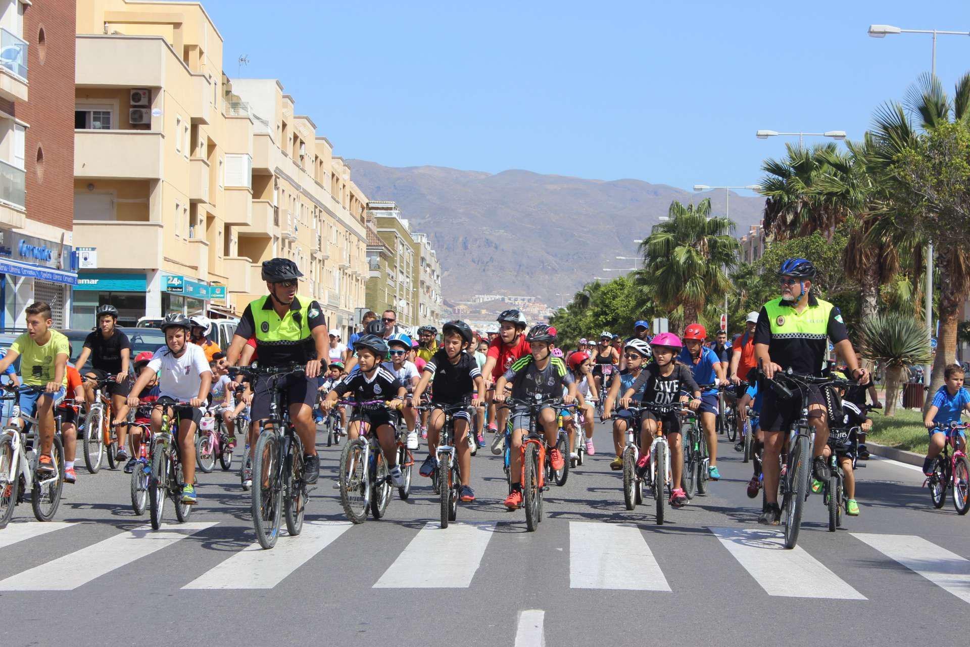 Una multitudinaria ruta ciclista marca el ecuador de la Semana Europea de la Movilidad en Roquetas de Mar