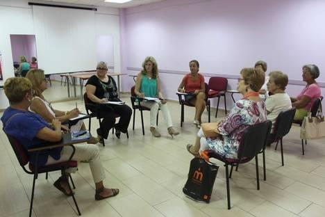 El Centro Municipal de la Mujer de Roquetas inicia el curso con una charla sobre el rol de cuidadoras