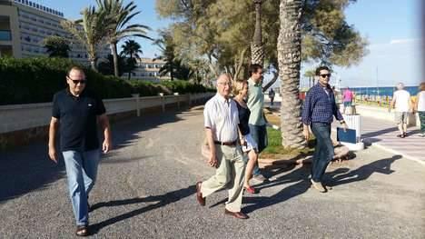 El alcalde supervisa el trazado del nuevo carril bici de Playa Serena