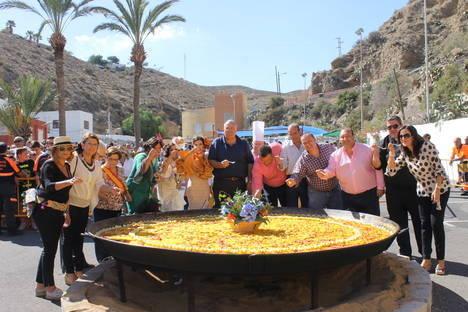 Multitudinaria paella popular con música y baile en la feria de Gádor