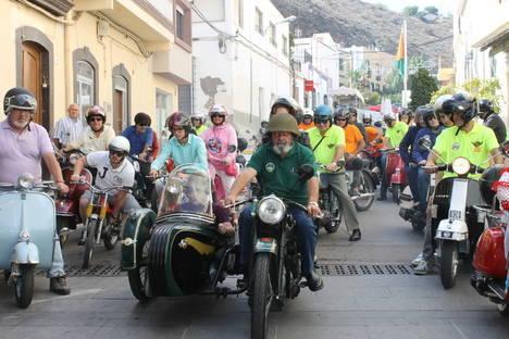 Las motos antiguas recorren Gádor en Feria causando gran expectación