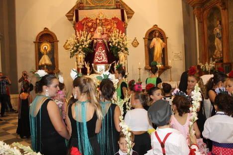 Con flores a Nuestra Señora del Rosario
