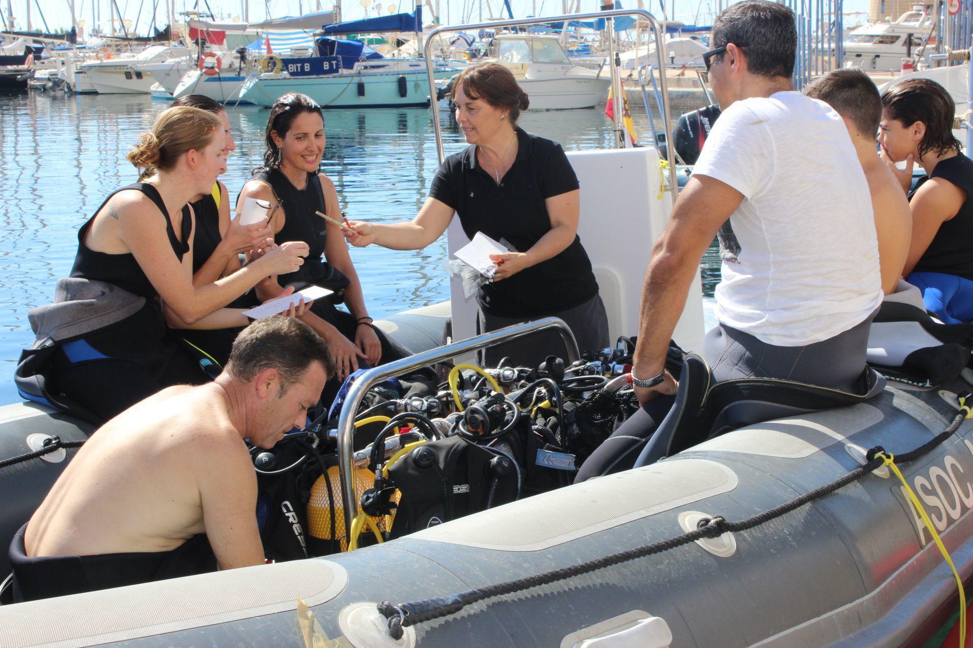 35 voluntarios participan en la jornada de limpieza y estudio de fondos marinos de Roquetas
