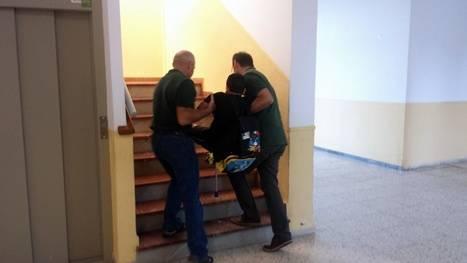 Los profesores del CEIP de La Cañada suben a peso a un alumno por estar roto el ascensor