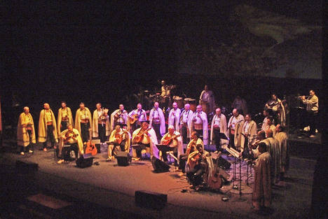 Los Sabandeños encandilan con su música en un concierto emocionante en Roquetas de Mar
