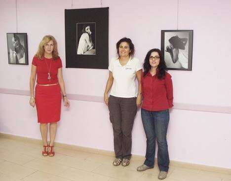 Belbes expone diez imágenes autobiográficas en Roquetas donde muestra el maltrato psicológico