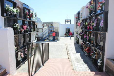 El Ayuntamiento de Roquetas pone a punto los tres cementerios roqueteros de cara al puente de Todos los Santos