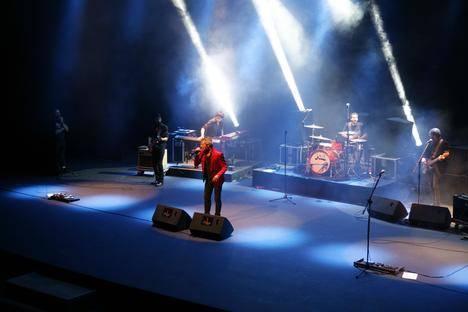 MClan muestra su energía en un concierto vibrante en el Teatro Auditorio de Roquetas