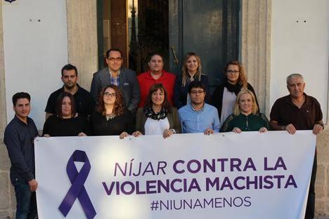 El Ayuntamiento de Níjar coloca una pancarta contra la violencia machista en la casa consistorial