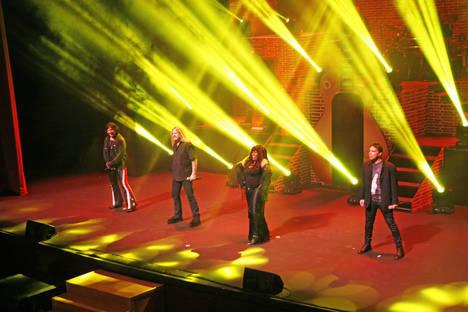 Roquetas vivió el sábado más de tres horas de rock en un concierto vibrante
