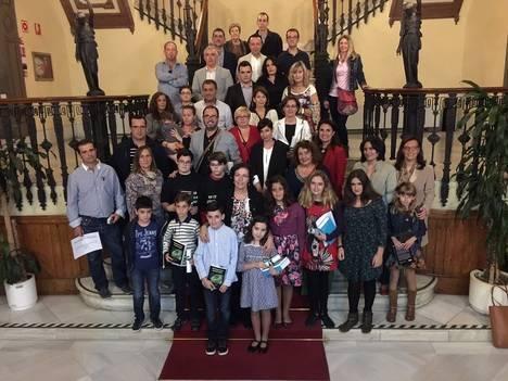 La Junta premia a dos estudiantes de Vera ganadoras de la fase provincial del Certamen Literario 'Solidaridad en letras'