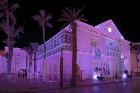 El Ayuntamiento de Carboneras ilumina su fachada contra la Violencia de Género