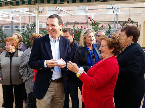 El PSOE promete a los mayores una subida de las pensiones, el fin del copago y reactivar la Ley de Dependencia