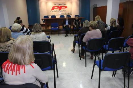 Cabrera traslada la apuesta firme del Partido Popular por la igualdad ante las asociaciones de mujeres de Roquetas de Mar