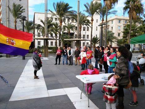 IU UP organiza un acto por la paz en la Plaza de las Velas de Almería