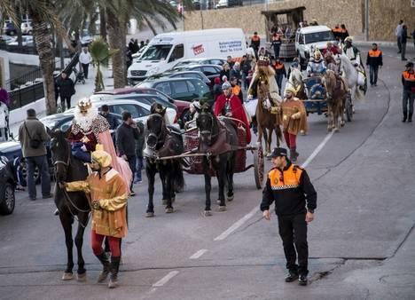 Los Reyes Magos llegan a Tabernas en las cuadrigas de Astérix y Obélix acompañados por un séquito de romanos